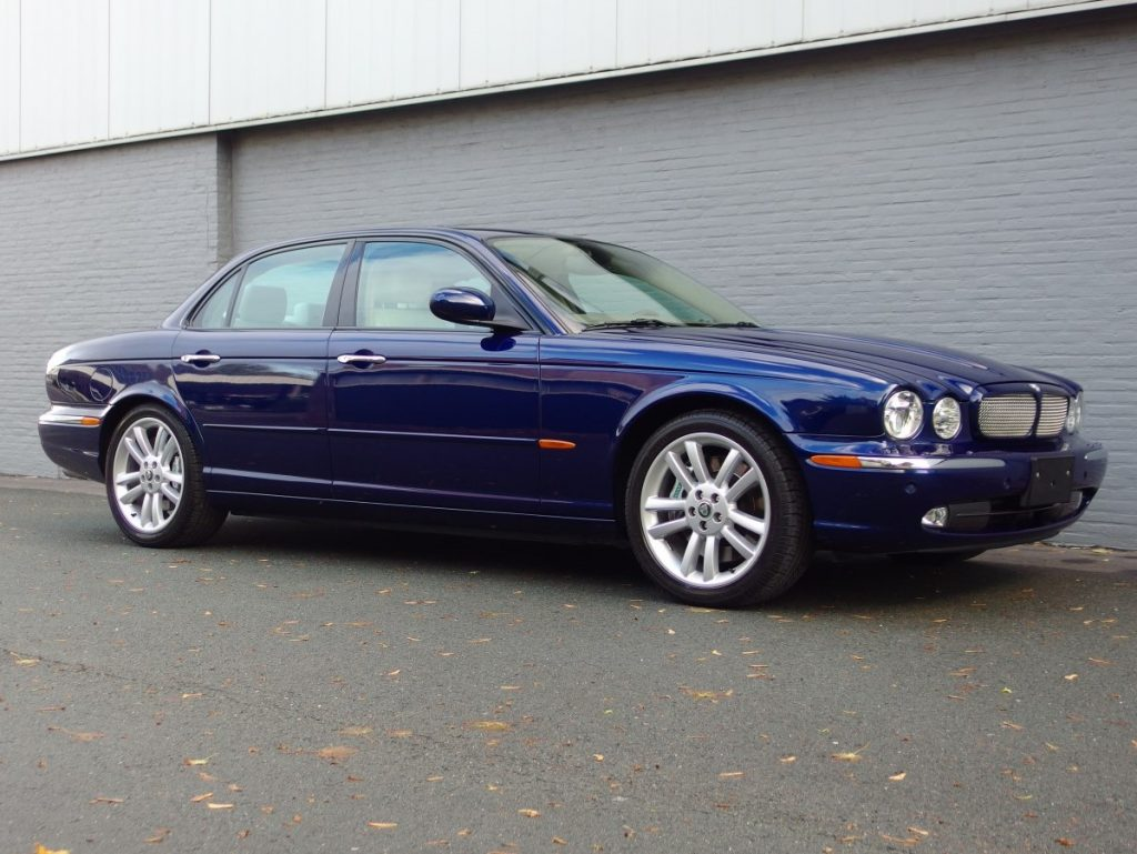 Jaguar XJR 4.2L 2004 (Fast Sedan & Unique Color Combination)