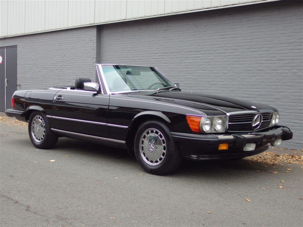 Mercedes 560SL 1987 (Triple Black & Stunning Driver)